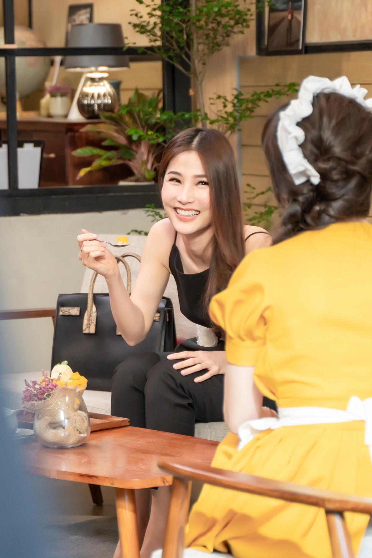 Làm nữ phục vụ xinh xắn, Hari Won bị than phiền vì thường xuyên xin ăn của đồng nghiệp  - Ảnh 5.