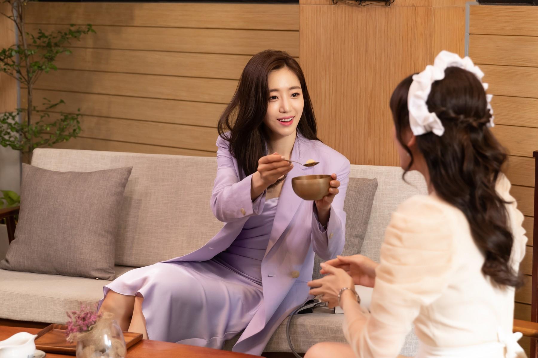 Làm nữ phục vụ xinh xắn, Hari Won bị than phiền vì thường xuyên xin ăn của đồng nghiệp  - Ảnh 7.