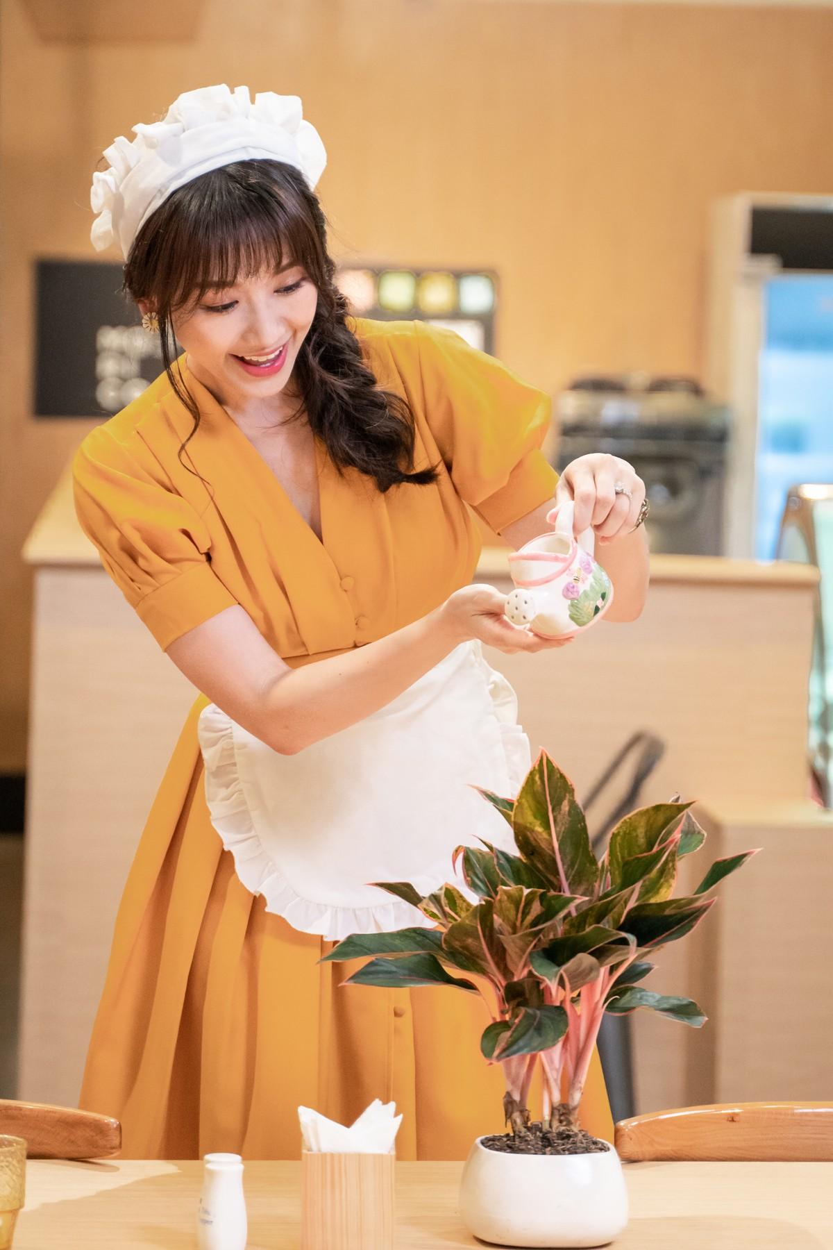 Làm nữ phục vụ xinh xắn, Hari Won bị than phiền vì thường xuyên xin ăn của đồng nghiệp  - Ảnh 3.