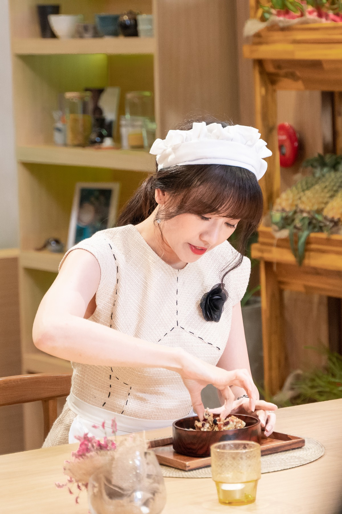Làm nữ phục vụ xinh xắn, Hari Won bị than phiền vì thường xuyên xin ăn của đồng nghiệp  - Ảnh 4.