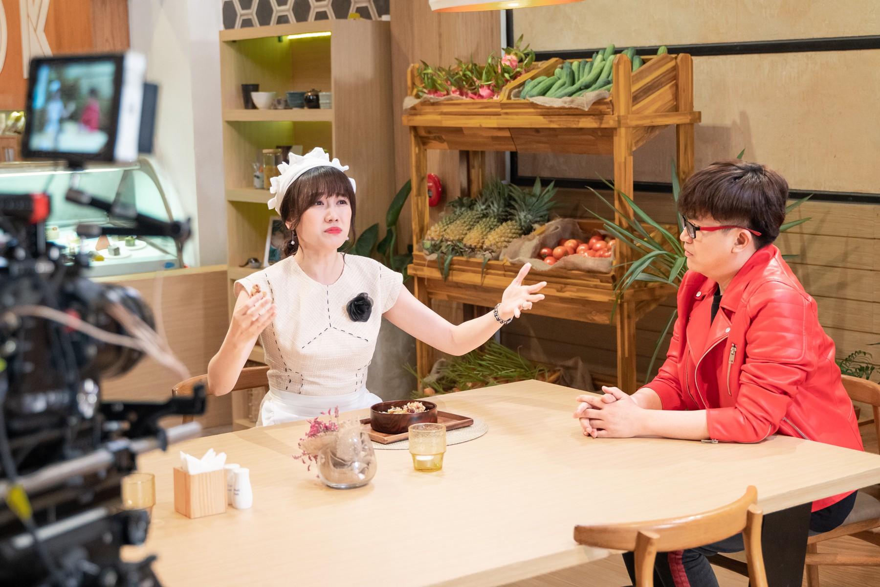 Làm nữ phục vụ xinh xắn, Hari Won bị than phiền vì thường xuyên xin ăn của đồng nghiệp  - Ảnh 1.