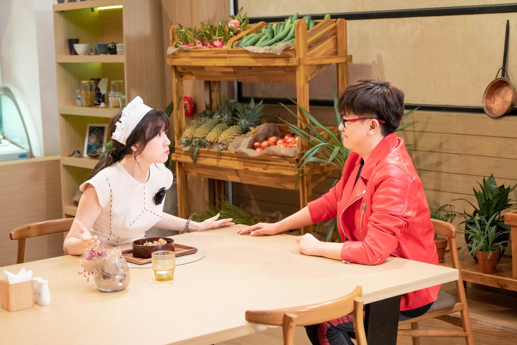 Làm nữ phục vụ xinh xắn, Hari Won bị than phiền vì thường xuyên xin ăn của đồng nghiệp  - Ảnh 2.