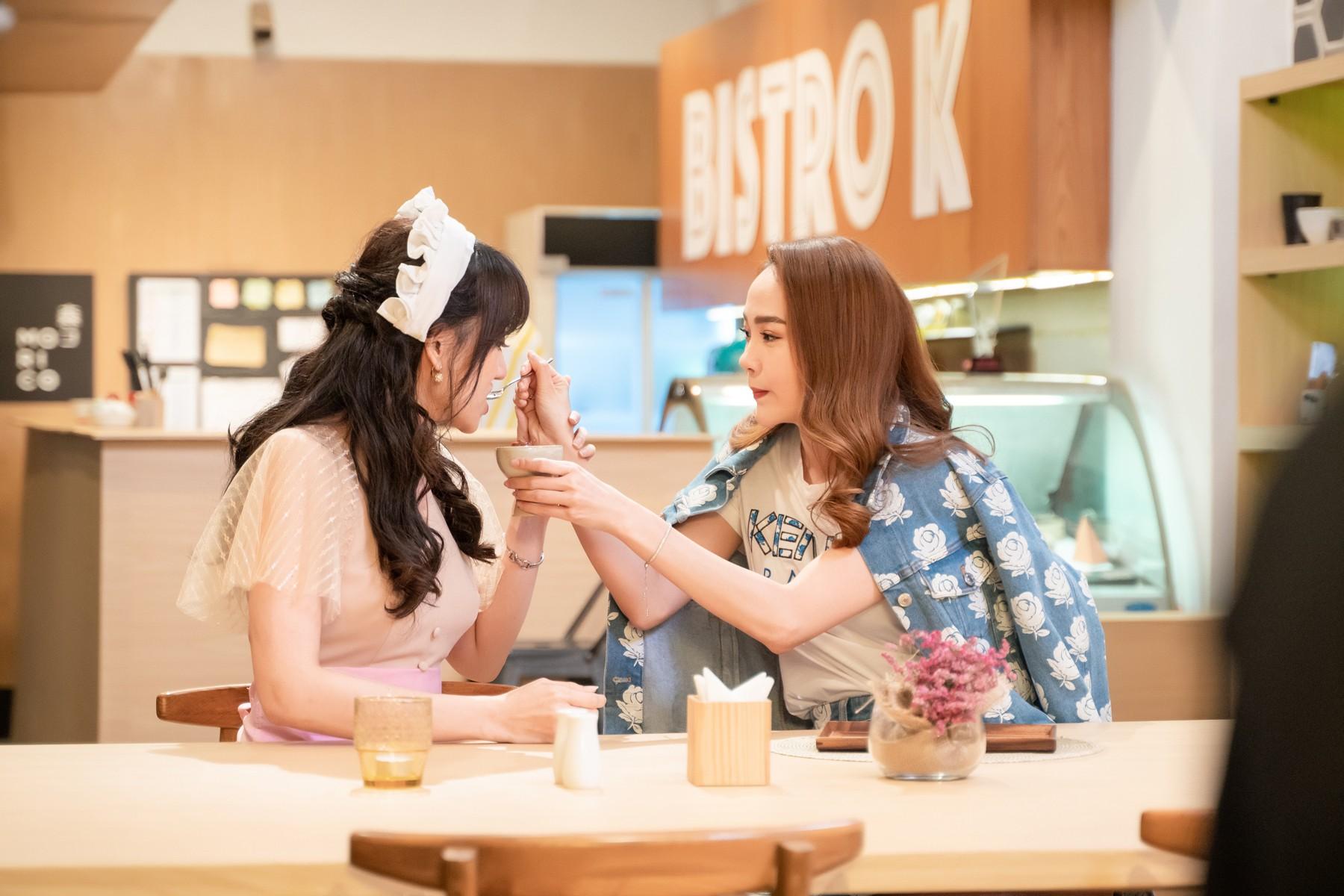 Làm nữ phục vụ xinh xắn, Hari Won bị than phiền vì thường xuyên xin ăn của đồng nghiệp  - Ảnh 11.