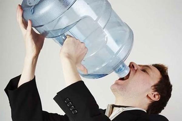 Tổ chức Y tế Thế giới cảnh báo: Uống hơn 4 lít nước mỗi ngày rất dễ bị ngộ độc nước  - Ảnh 3.