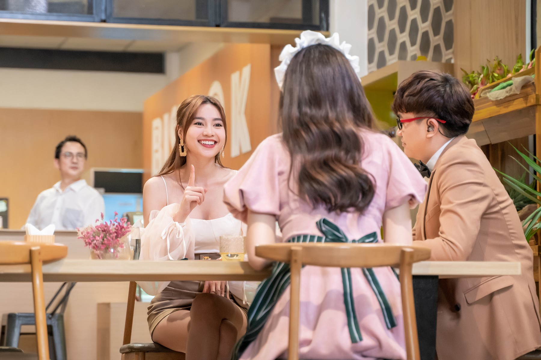 Làm nữ phục vụ xinh xắn, Hari Won bị than phiền vì thường xuyên xin ăn của đồng nghiệp  - Ảnh 13.