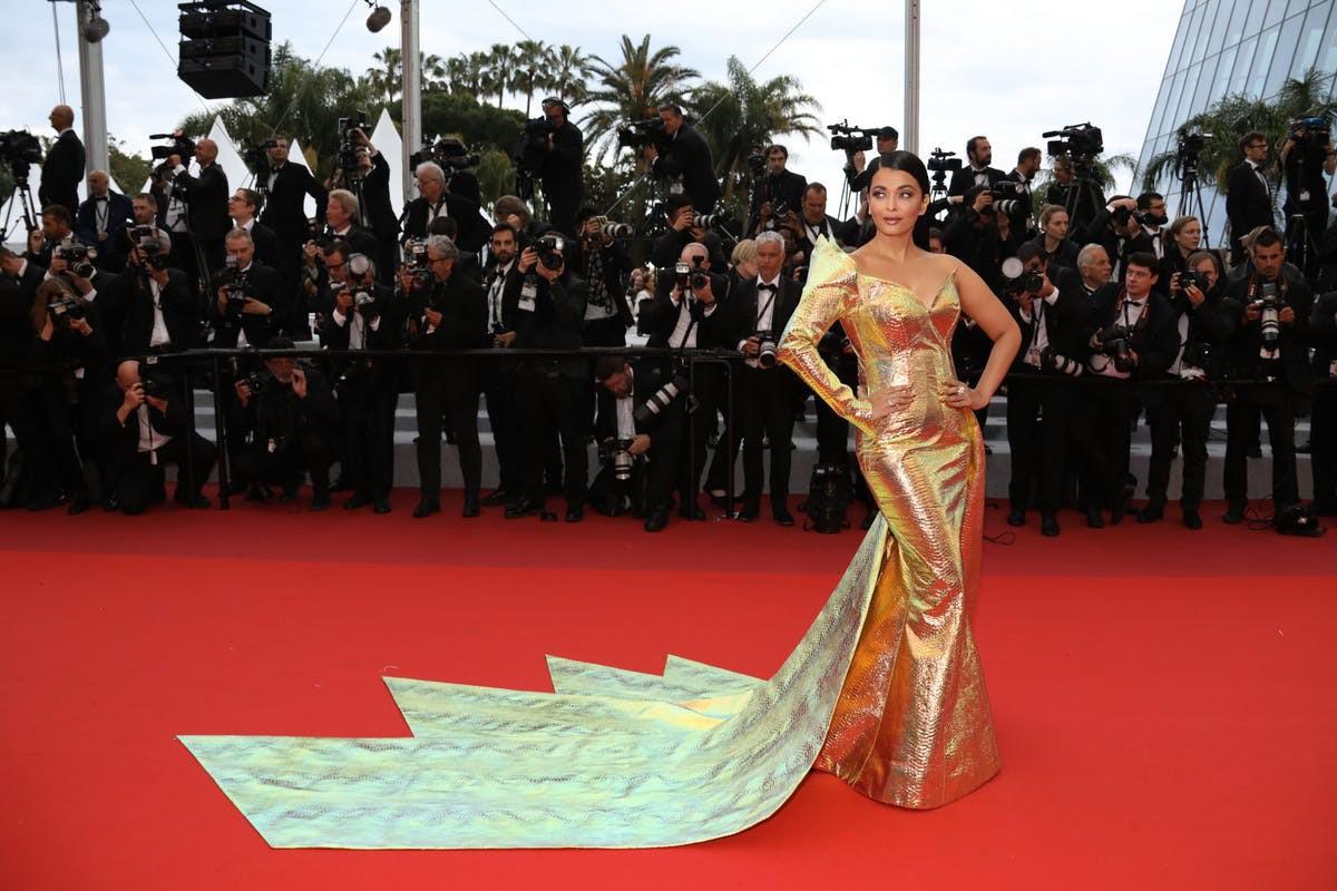 """Chẳng cần chiêu trò """"hở da thịt"""", 25 bộ cánh này vẫn được công nhận là đỉnh nhất Cannes 2019 - Ảnh 7."""