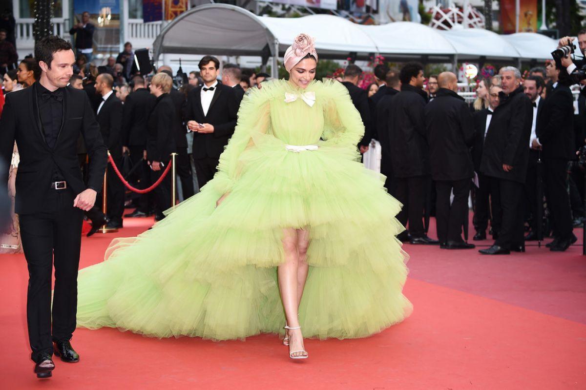 """Chẳng cần chiêu trò """"hở da thịt"""", 25 bộ cánh này vẫn được công nhận là đỉnh nhất Cannes 2019 - Ảnh 8."""