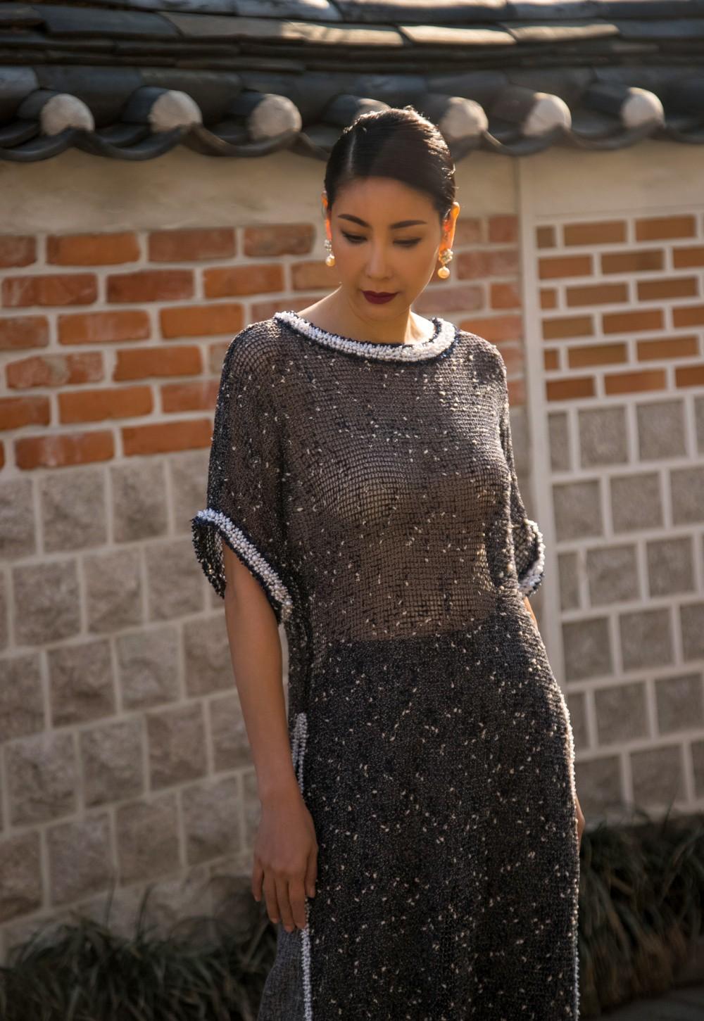 Hoa hậu Hà Kiều Anh diện áo dài khoe dáng giữa phố cổ Hàn Quốc - Ảnh 3.