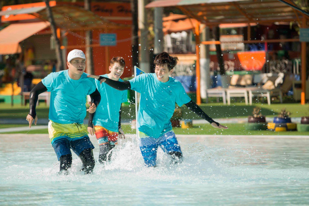 Running Man: Không thể tưởng tượng được cảnh Trấn Thành bơi đến... tụt quần, tỉnh bơ mặc lại nhưng lại là quần trái!  - Ảnh 2.