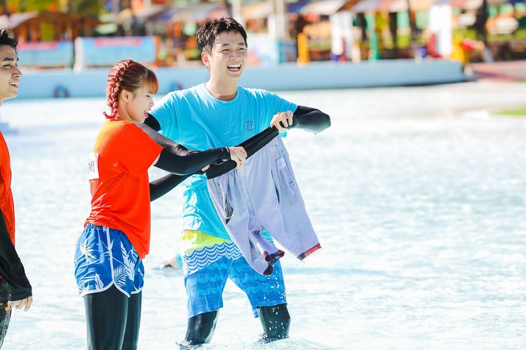 Running Man: Không thể tưởng tượng được cảnh Trấn Thành bơi đến... tụt quần, tỉnh bơ mặc lại nhưng lại là quần trái!  - Ảnh 8.