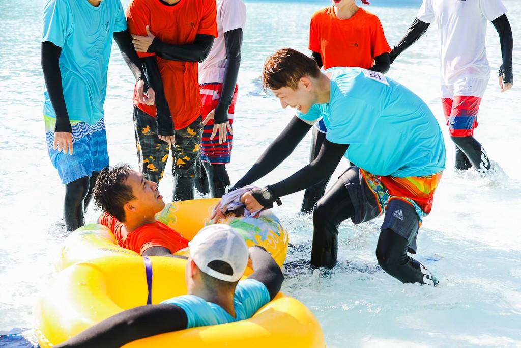 Running Man: Không thể tưởng tượng được cảnh Trấn Thành bơi đến... tụt quần, tỉnh bơ mặc lại nhưng lại là quần trái!  - Ảnh 7.