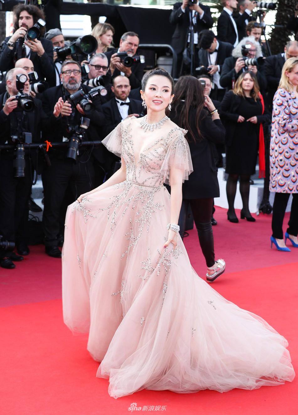 Chương Tử Di đẹp lộng lẫy không tì vết ngày bế mạc Cannes 2019 nhưng một người đẹp 50 tuổi khác cũng gây chú ý không kém  - Ảnh 1.