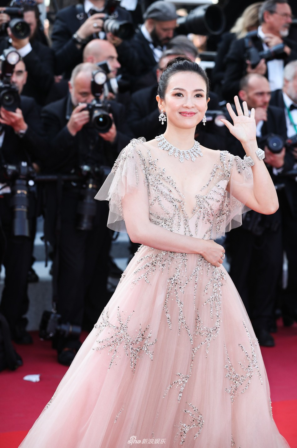 Chương Tử Di đẹp lộng lẫy không tì vết ngày bế mạc Cannes 2019 nhưng một người đẹp 50 tuổi khác cũng gây chú ý không kém  - Ảnh 2.
