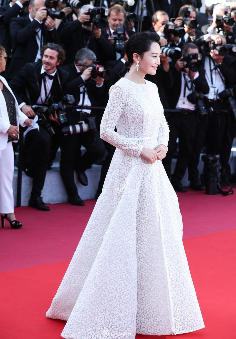 Chương Tử Di đẹp lộng lẫy không tì vết ngày bế mạc Cannes 2019 nhưng một người đẹp 50 tuổi khác cũng gây chú ý không kém  - Ảnh 4.