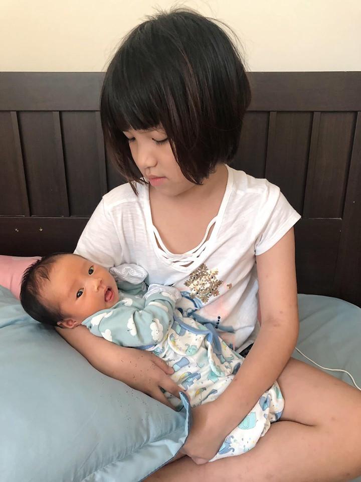 Cuối tuần của các hot mom: Sam Sam bụ bẫm xinh như thiên thần, nhóc Cá nhà Ngọc Mon cũng cạnh tranh sát nút - Ảnh 5.