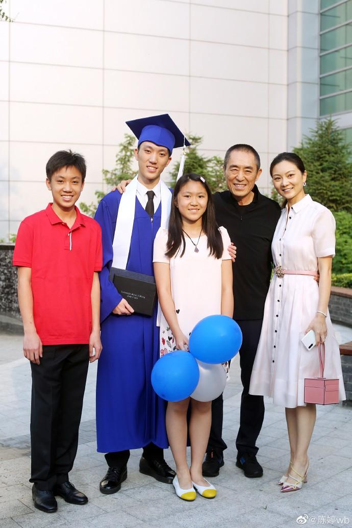 Tình cũ 8 năm của Củng Lợi - Trương Nghệ Mưu hạnh phúc khoe con trai nhưng nhan sắc người vợ trẻ bí mật mới gây bão  - Ảnh 1.