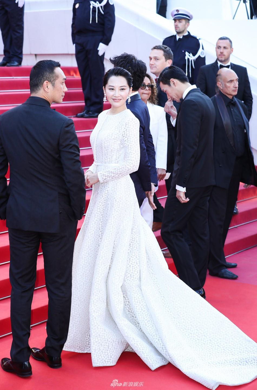 Chương Tử Di đẹp lộng lẫy không tì vết ngày bế mạc Cannes 2019 nhưng một người đẹp 50 tuổi khác cũng gây chú ý không kém  - Ảnh 5.