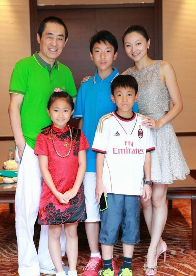 Tình cũ 8 năm của Củng Lợi - Trương Nghệ Mưu hạnh phúc khoe con trai nhưng nhan sắc người vợ trẻ bí mật mới gây bão  - Ảnh 5.