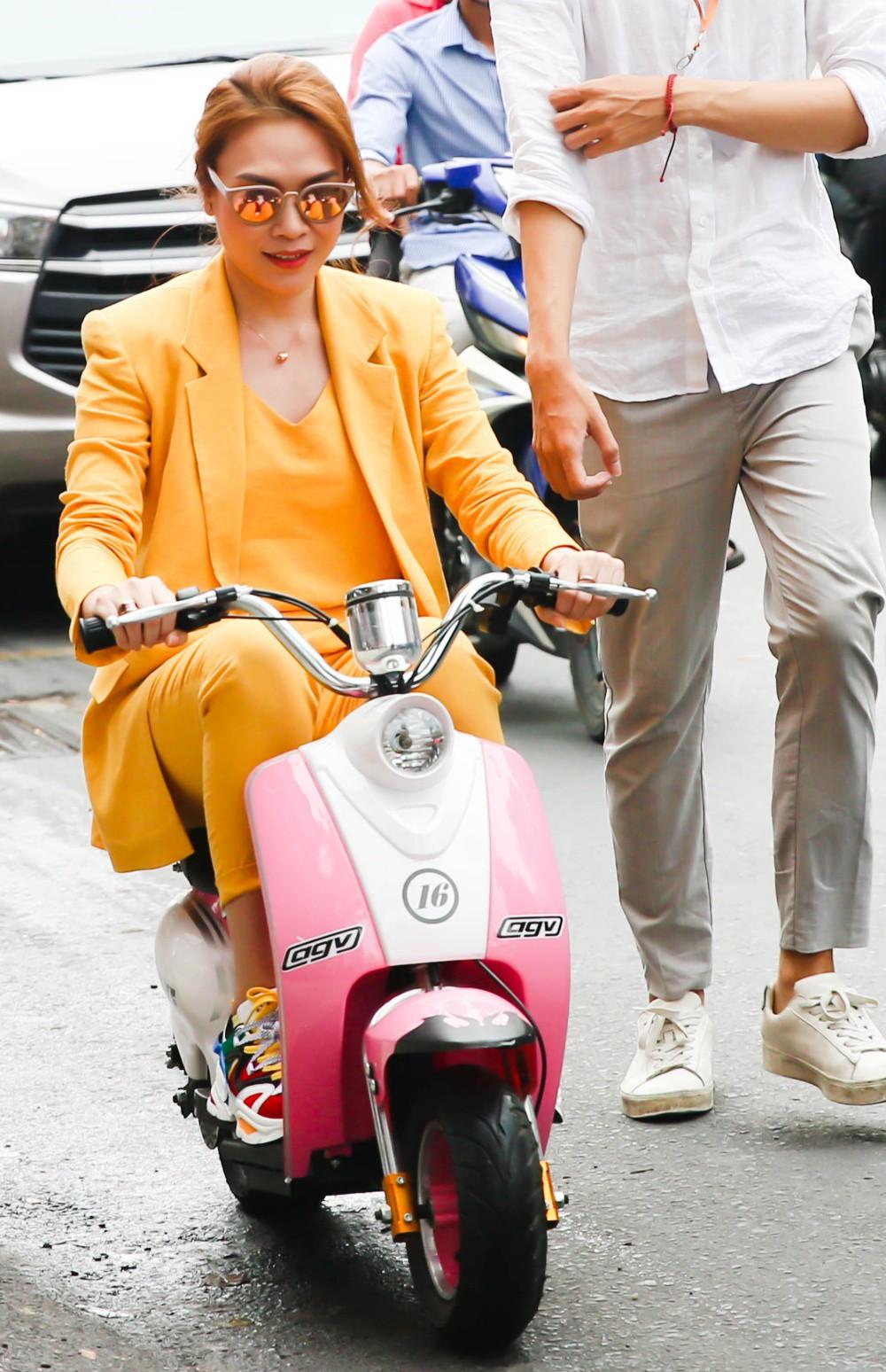 Mỹ Tâm đi xe máy điện mini, rã tay ký tặng fan sau khi bán sạch 5.000 album nhạc phim - Ảnh 1.
