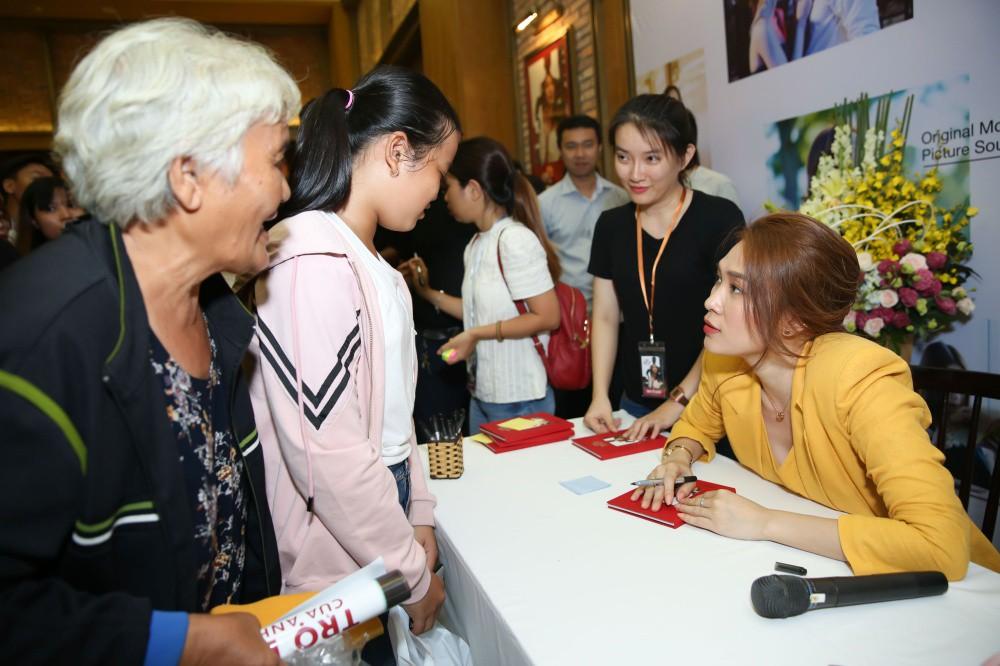 Mỹ Tâm đi xe máy điện mini, rã tay ký tặng fan sau khi bán sạch 5.000 album nhạc phim - Ảnh 8.