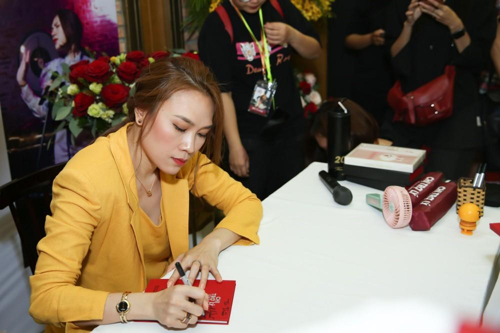 Mỹ Tâm đi xe máy điện mini, rã tay ký tặng fan sau khi bán sạch 5.000 album nhạc phim - Ảnh 10.