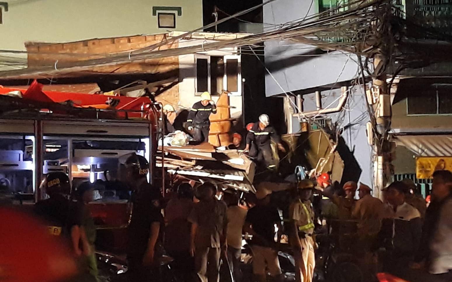 TP.HCM: Xe tải mất lái lao từ trên cầu xuống tông thẳng vào nhà dân, ít nhất 3 người bị thương