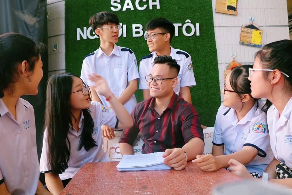 6 bài tập về nhà phải mất cả đời để hoàn thành của thầy giáo trẻ gây xúc động: Hãy cứ gọi cho thầy, thầy vẫn luôn ở đây - Ảnh 2.