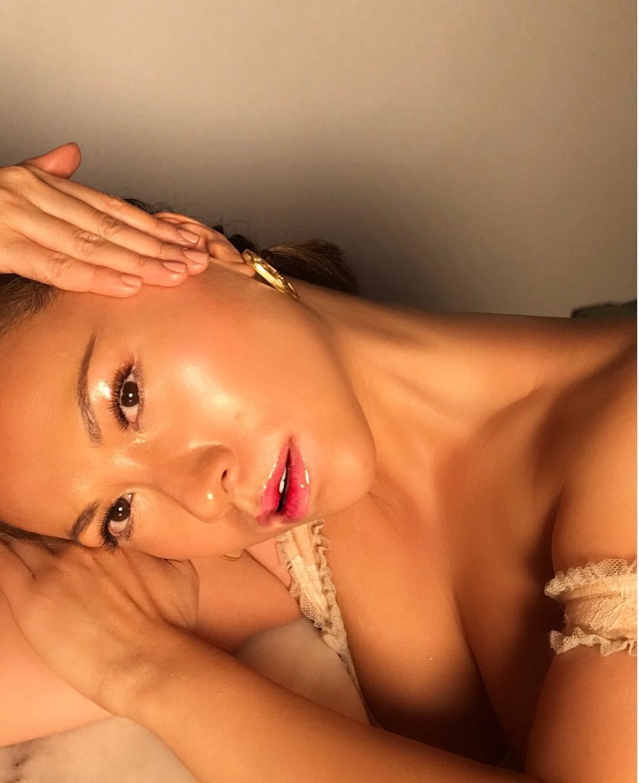 Làn da căng bóng như gương trong truyền thuyết hoàn toàn là khả thi nếu bạn học theo 4 bí kíp này của chuyên gia makeup gốc Việt - Ảnh 2.