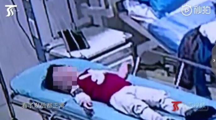 Thót tim bé trai 2 tuổi té rơi từ tầng 5 thẳng xuống đất và hành động của người đàn ông sau đó được khen như anh hùng - Ảnh 2.