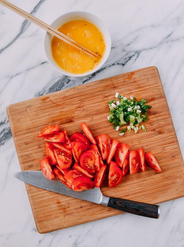 5 phút làm trứng xào cà chua là có bữa tối ngon miễn bàn - Ảnh 1.