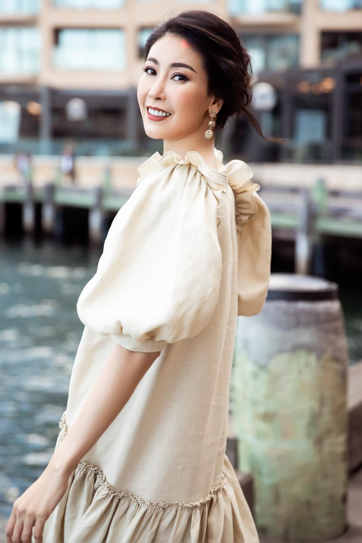 Hoa hậu Hà Kiều Anh trẻ trung thu hút với tông nâu nhạt quý phái - Ảnh 2.