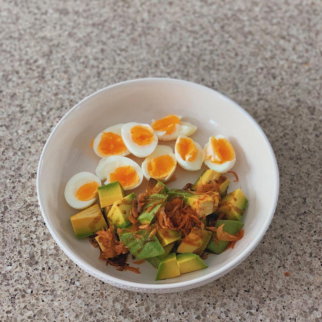 Học theo thực đơn bữa sáng nhanh gọn với quả bơ của Hà Tăng để giúp giữ dáng, đẹp da  - Ảnh 5.
