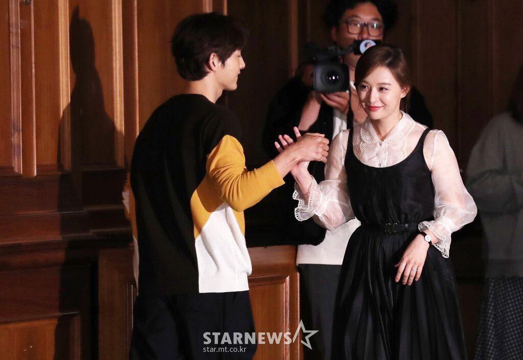 Dính nghi án ngoại tình với Kim Ok Bin, Song Joong Ki hạn chế đứng gần cô trong họp báo - Ảnh 4.