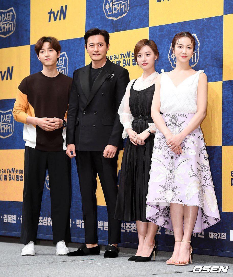 Dính nghi án ngoại tình với Kim Ok Bin, Song Joong Ki hạn chế đứng gần cô trong họp báo - Ảnh 1.
