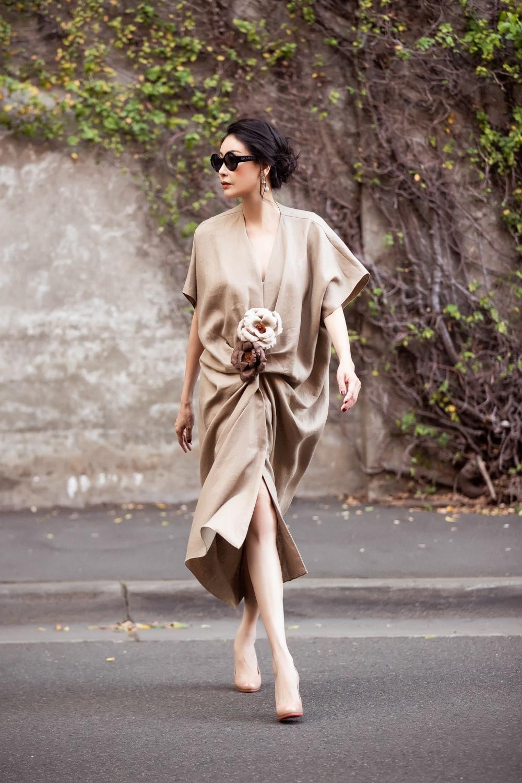 Hoa hậu Hà Kiều Anh trẻ trung thu hút với tông nâu nhạt quý phái - Ảnh 7.