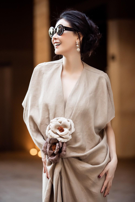 Hoa hậu Hà Kiều Anh trẻ trung thu hút với tông nâu nhạt quý phái - Ảnh 8.
