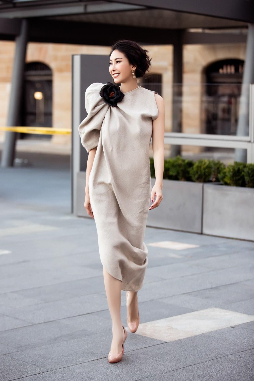 Hoa hậu Hà Kiều Anh trẻ trung thu hút với tông nâu nhạt quý phái - Ảnh 9.