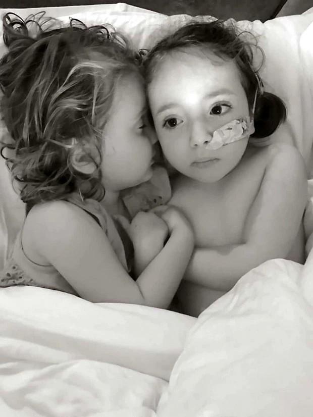 Cùng mắc căn bệnh quái ác, bé 7 tuổi tự nguyện nhường em gái điều trị trước khiến người mẹ tan nát trái tim