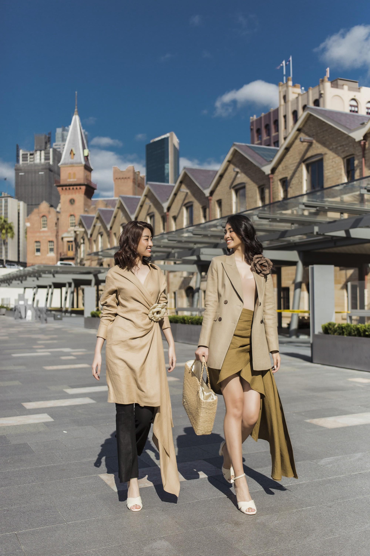 Chị em Hoa hậu Mỹ Linh - Tiểu Vy khiến ai cũng ngoái nhìn khi cùng dạo bước trên đường phố Sydney  - Ảnh 1.