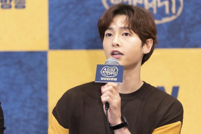 Dính nghi án ngoại tình với Kim Ok Bin, Song Joong Ki hạn chế đứng gần cô trong họp báo - Ảnh 7.