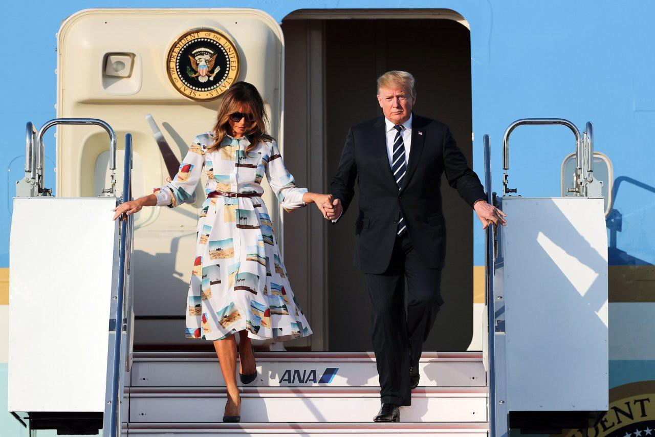 Hết thời bị vợ phũ phàng hất tay, Tổng thống Trump gây sốt với loạt khoảnh khắc tình bể bình cùng bạn đời trong chuyến thăm Nhật Bản - Ảnh 3.