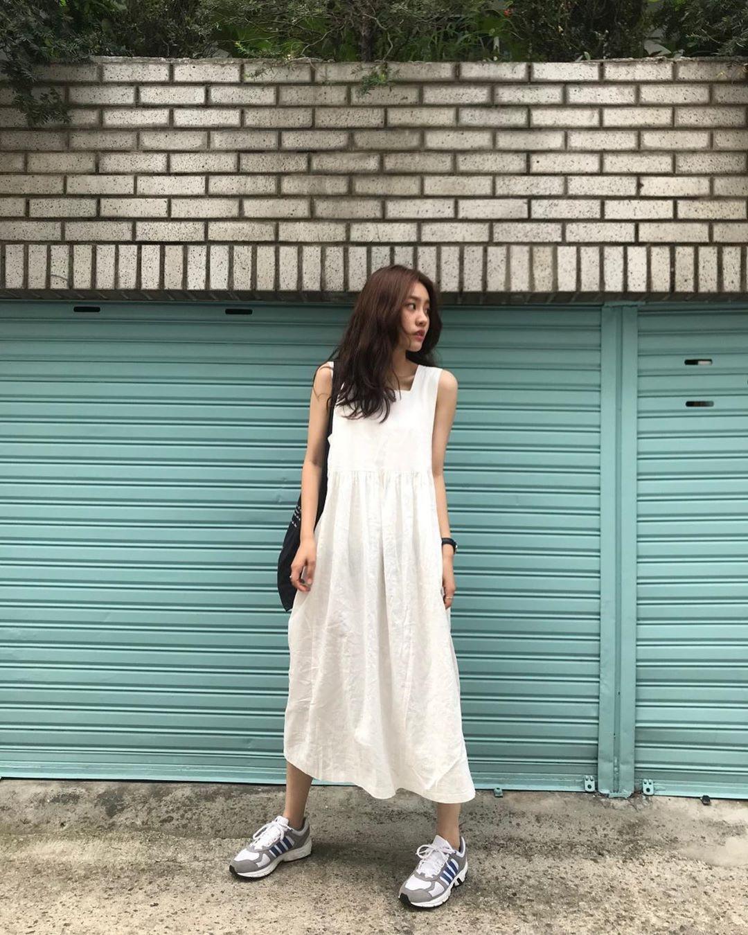Nô nức diện váy thô mùa hè cho mát, muốn mặc đẹp hãy tham khảo 15 bộ đồ từ street style Châu Á này - Ảnh 1.