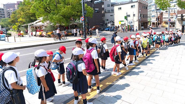 Con hư thì dạy, ông bố Nhật Bản dùng kỷ luật thép để trừng trị 3 đứa con nhưng kết cục là phải ăn cơm tù vì lý do này - Ảnh 2.