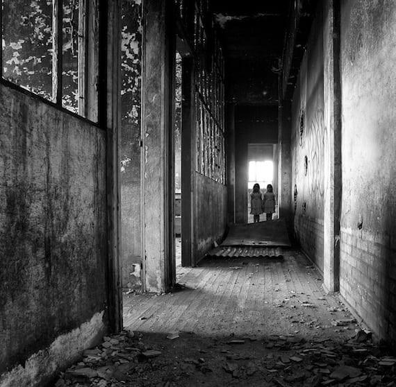 Câu chuyện rùng rợn về cặp song sinh câm lặng bí ẩn nhất thế giới với những thói lập dị đáng sợ, một người sống bình thường thì người kia phải chết - Ảnh 8.