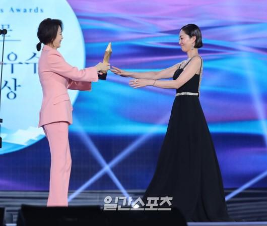 Bồi hồi khoảnh khắc Kim Nam Joo tái ngộ đối thủ trong Người mẫu sau 22 năm, mối tình của người đẹp này với Jang Dong Gun bị nhắc lại - Ảnh 1.