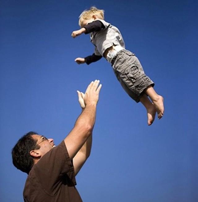 Rung lắc cho trẻ ngủ hoặc nín khóc có thể gây tử vong: Người lớn cần dừng ngay lập tức - Ảnh 4.