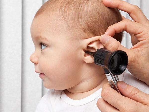 Lắng nghe ngay chuyên gia tai - mũi - họng giải đáp cách làm sạch và lấy ráy tai cho trẻ hiệu quả và an toàn nhất, cha mẹ đừng nên bỏ qua nhé - Ảnh 4.