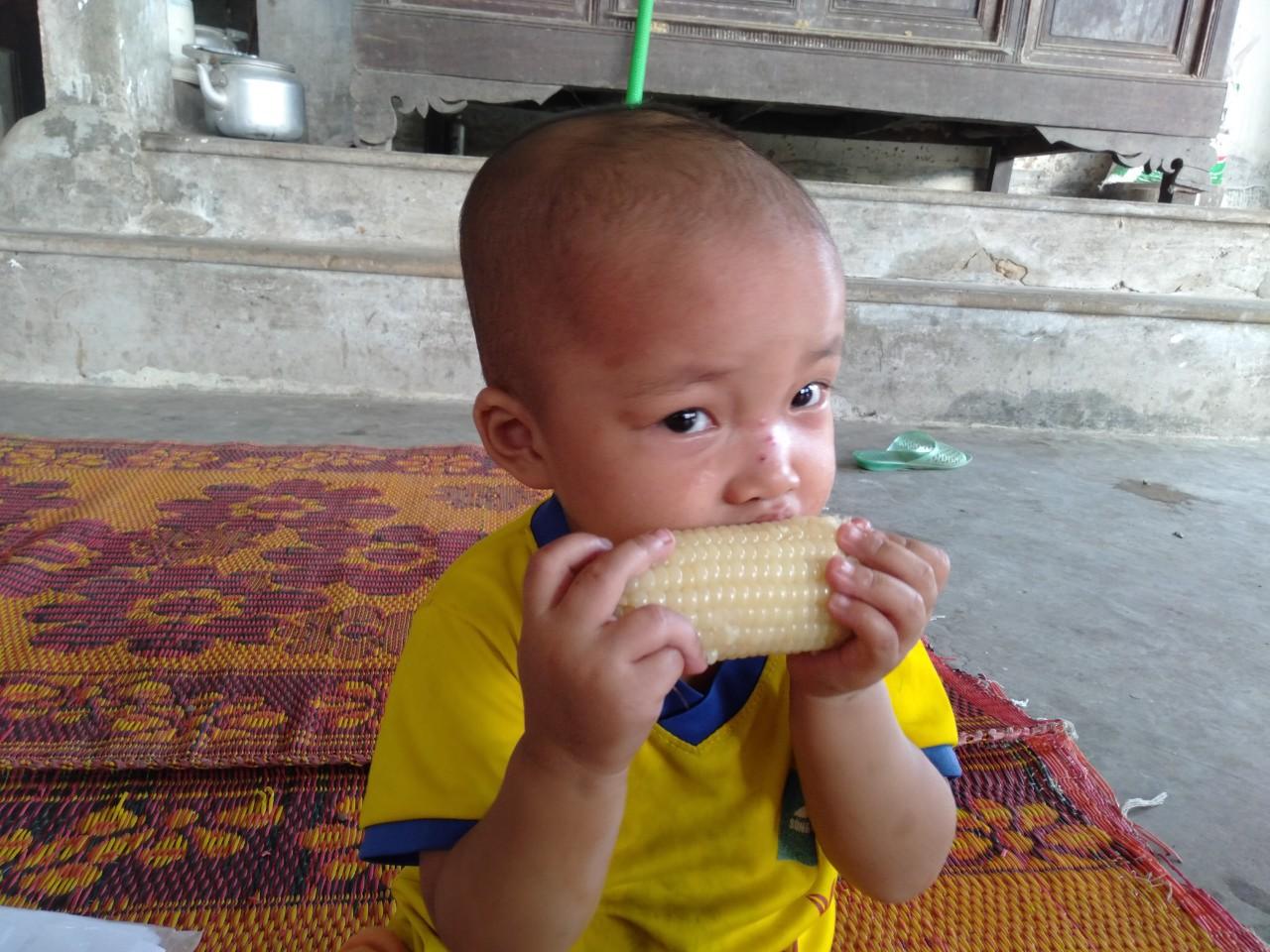 Không cam chịu con gái 3 tuổi chết mòn vì bệnh tật, vợ chồng nghèo sang Lào nhặt phế liệu kiếm tiền chữa bệnh cho con - Ảnh 9.