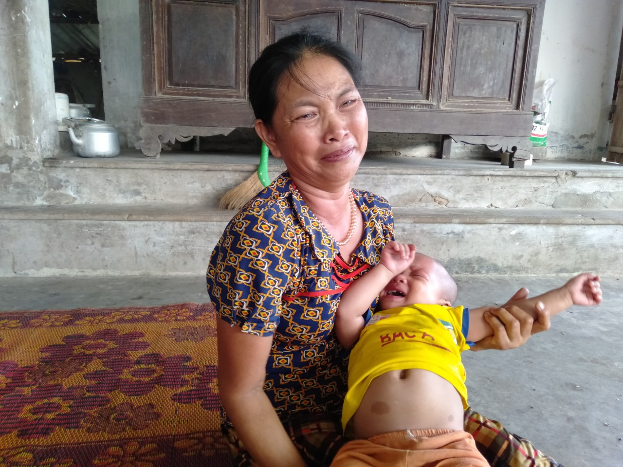 Không cam chịu con gái 3 tuổi chết mòn vì bệnh tật, vợ chồng nghèo sang Lào nhặt phế liệu kiếm tiền chữa bệnh cho con - Ảnh 3.