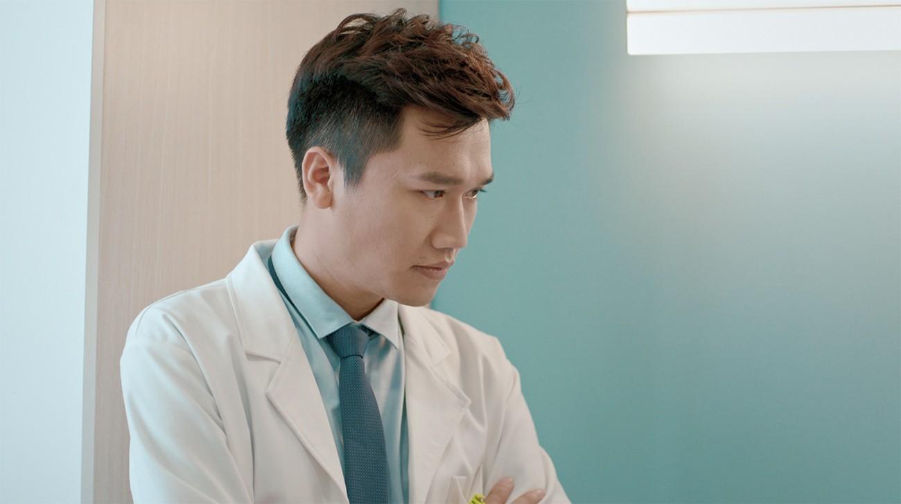 Thúy Ngân đau đầu vì đụng độ Mr. Cần trô Xuân Nghị trong phim về bệnh viện tình yêu  - Ảnh 1.